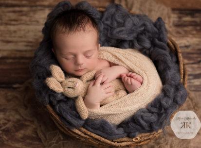 Liebevolle Neugeborenenfotografie mit Emil – 12 Tage jung